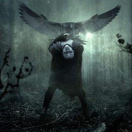 Frau im Wald beugt sich nach hinten, über ihr ein Adler
