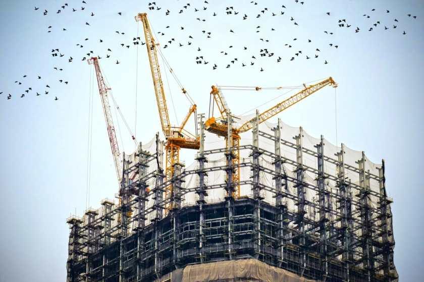 Des grues bâtissent un gratte ciel