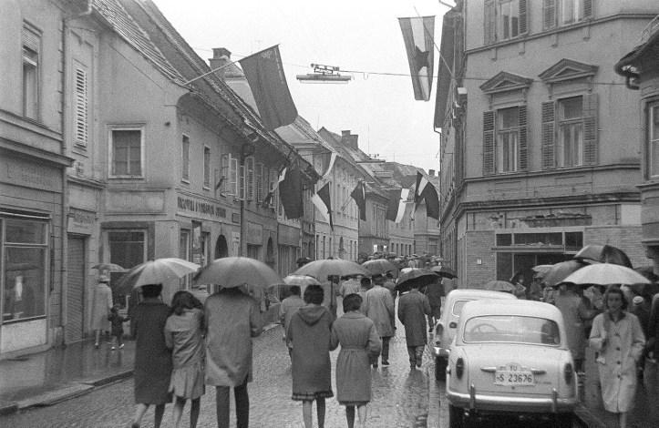 Praznični_Maribor_v_dežju_1961