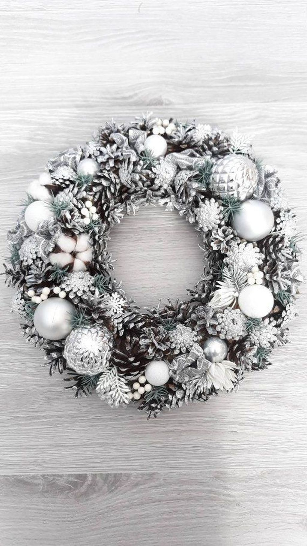 Awesome Winter Door Wreaths You Can Try This Season 25