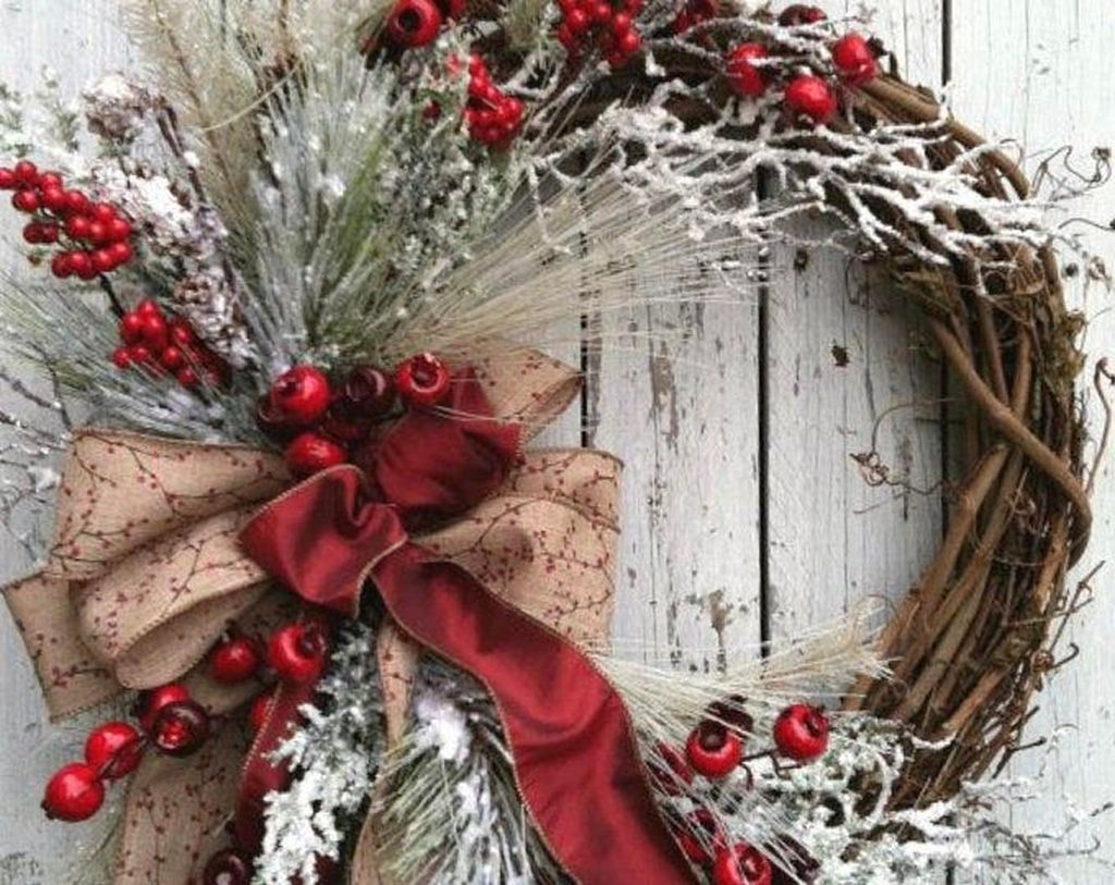 Awesome Winter Door Wreaths You Can Try This Season 30