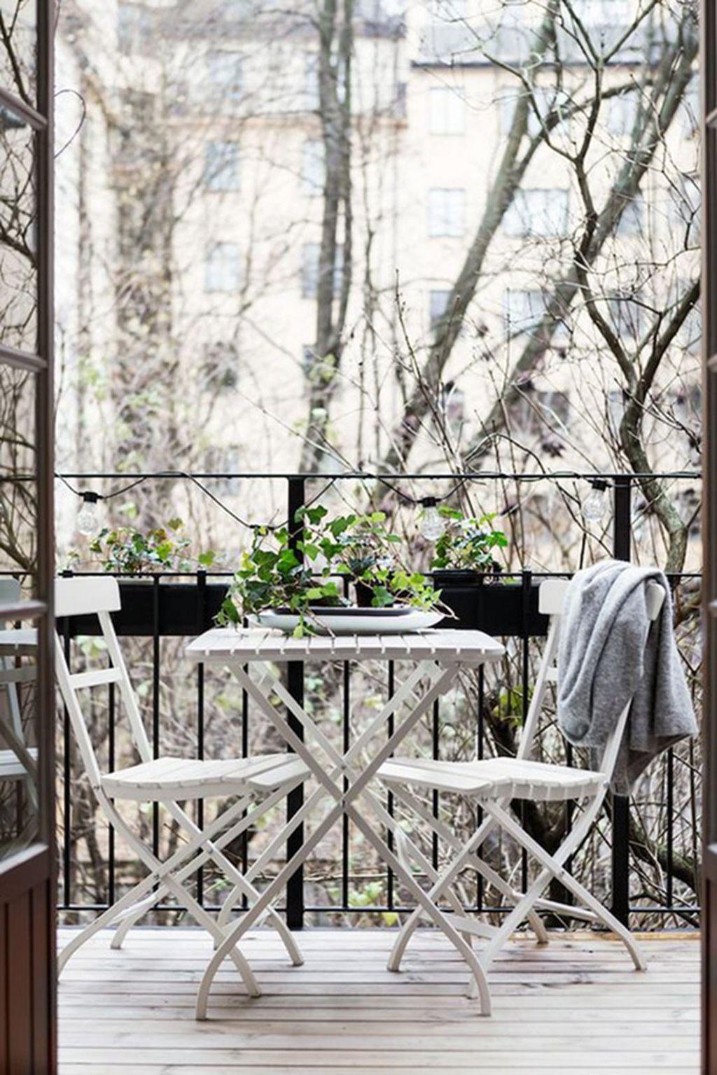Stunning Winter Balcony Decorating Ideas 04