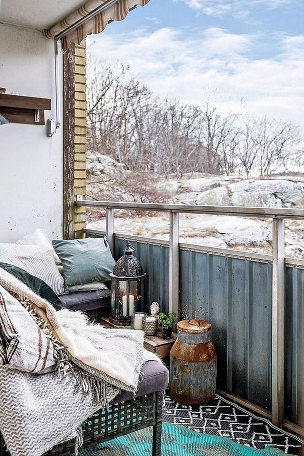 Stunning Winter Balcony Decorating Ideas 25