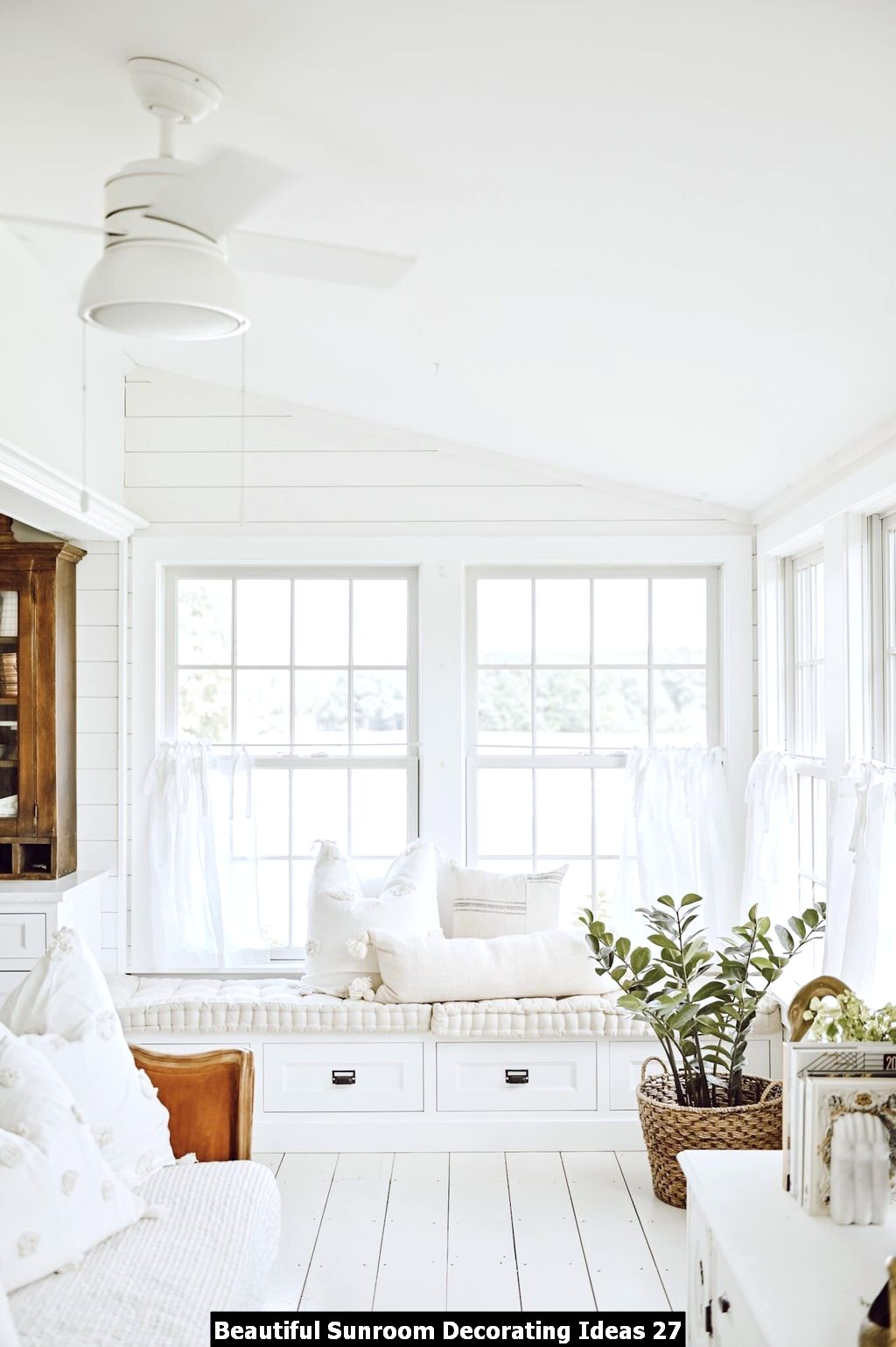 Beautiful Sunroom Decorating Ideas 27