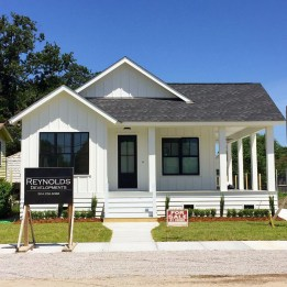 Incredible Farmhouse Exterior Design Ideas To Try 48