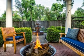 Pretty Seating Area Ideas With Outside Fireplace 13