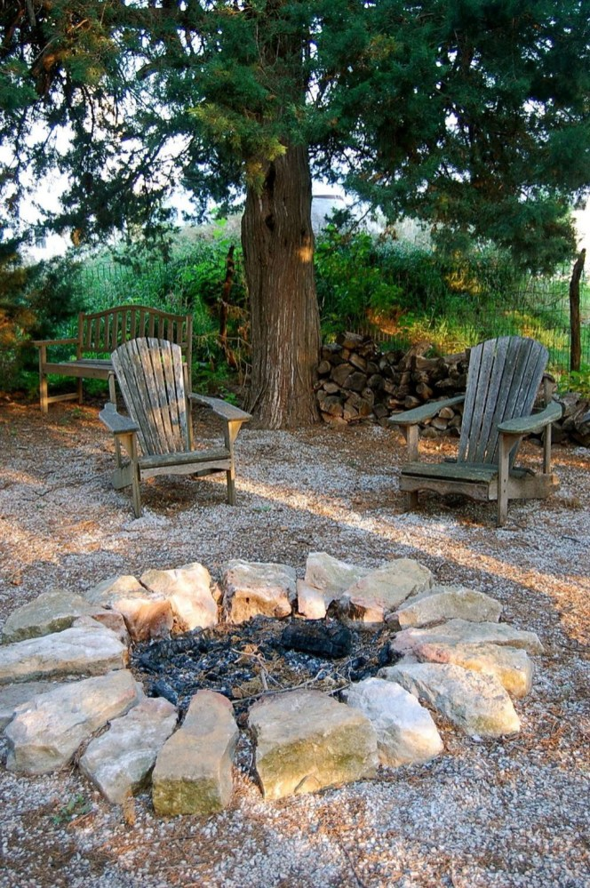 Pretty Seating Area Ideas With Outside Fireplace 45