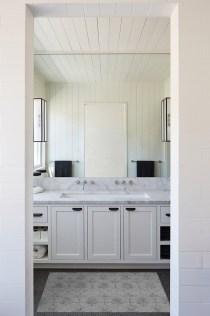 Beautiful Classic Bathroom Design Ideas 09