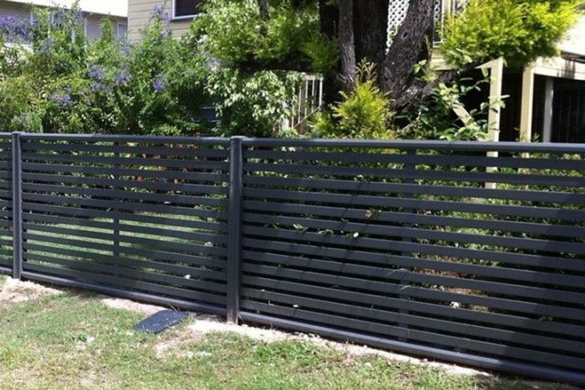Relaxing Front Yard Fence Remodel Ideas For Your Home 09