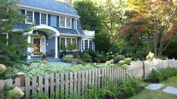 Relaxing Front Yard Fence Remodel Ideas For Your Home 20