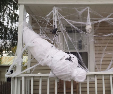 Top Halloween Outdoor Decorations To Terrify People 32
