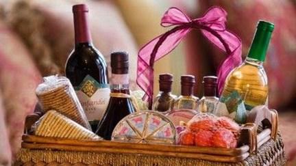 Stylish DIY Wine Gift Baskets Ideas 36