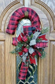 Easy DIY Outdoor Winter Wreath For Your Door 20