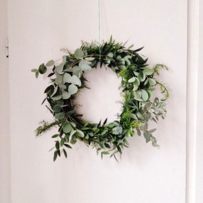 Easy DIY Outdoor Winter Wreath For Your Door 22