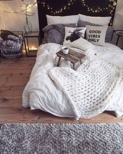 Simple And Easy DIY Winter Decor Ideas For Your Apartment 30