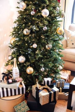 Totally Inspiring Black And Gold Christmas Decoration Ideas09