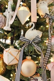 Totally Inspiring Black And Gold Christmas Decoration Ideas23