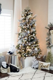 Totally Inspiring Black And Gold Christmas Decoration Ideas55