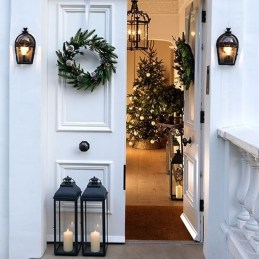 Welcoming Christmas Entryway Decoration For Your Home 10