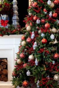 Charming Traditional Christmas Tree Decor Ideas 01