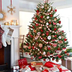 Charming Traditional Christmas Tree Decor Ideas 04