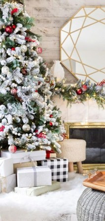 Charming Traditional Christmas Tree Decor Ideas 15