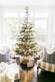 Charming Traditional Christmas Tree Decor Ideas 19