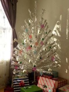 Charming Traditional Christmas Tree Decor Ideas 23