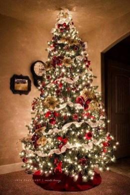 Charming Traditional Christmas Tree Decor Ideas 27