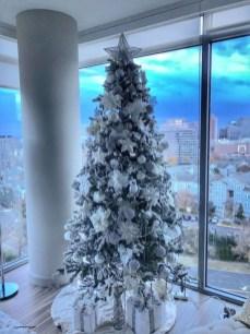 Charming Traditional Christmas Tree Decor Ideas 29