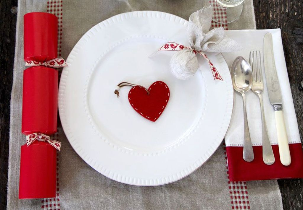 Eye Catching Kitchen Table Christmas Decoration Ideas 22