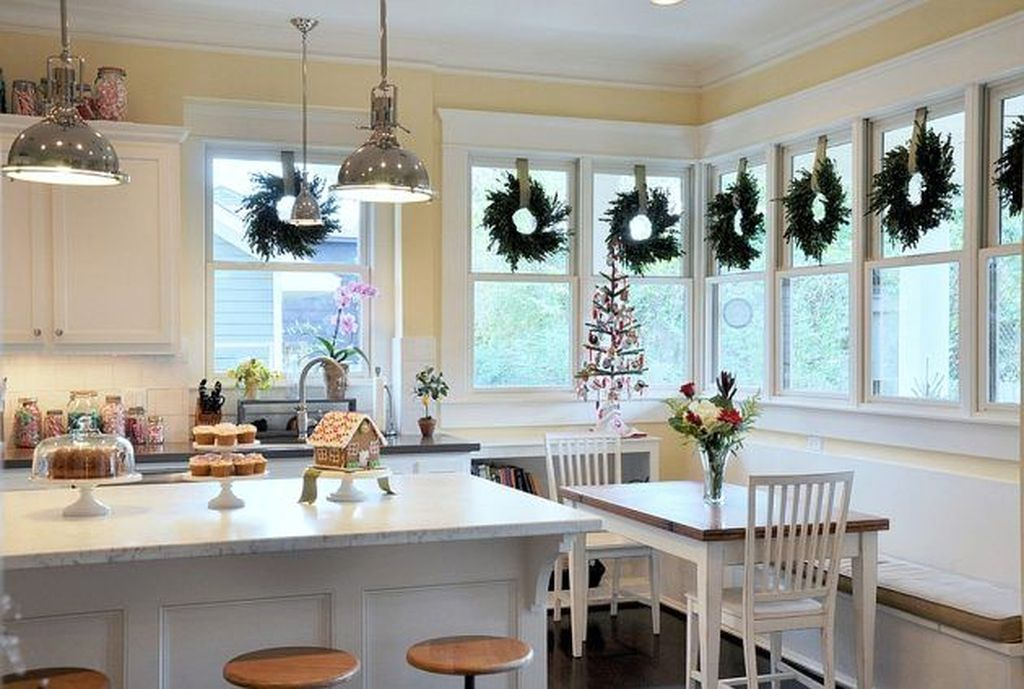 Eye Catching Kitchen Table Christmas Decoration Ideas 36