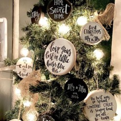 Gorgeous Farmhouse Christmas Tree Decoration Ideas 19