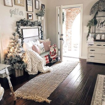 Marvelous Christmas Entryway Decoration Ideas 07