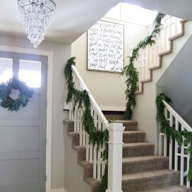 Marvelous Christmas Entryway Decoration Ideas 18