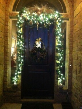 Marvelous Christmas Entryway Decoration Ideas 23