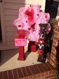 Elegant Front Porch Valentines Day Decor Ideas 38