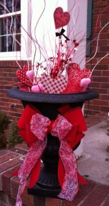Elegant Front Porch Valentines Day Decor Ideas 44
