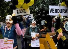 Cientos de argentinos marchan contra 'tarifazo' del Gobierno y FMI