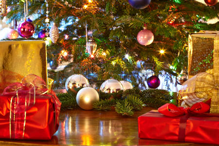 47664254-christmas-presents-christmas-tree