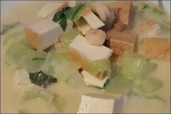 Kokos-Erdnuss-Suppe mit Garnelen und Tofu