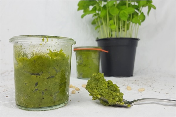 Lowcarb Pesto mit Rucola, Nüssen und Pinienkernen