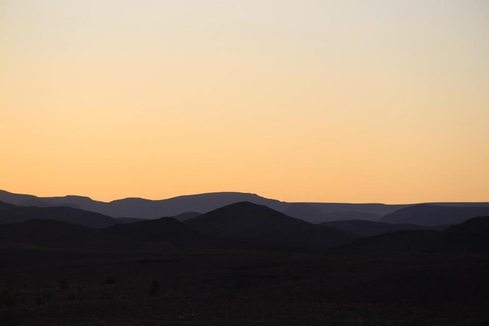 Alba dietro le montagne intorno a Ouarzazate