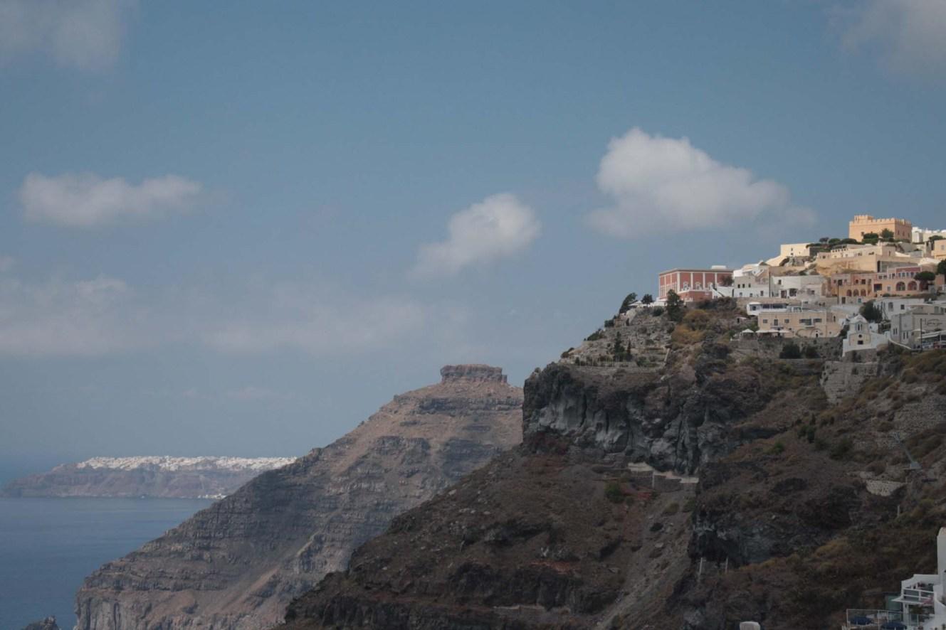 Vue sur Oia depuis Thira à Santorin