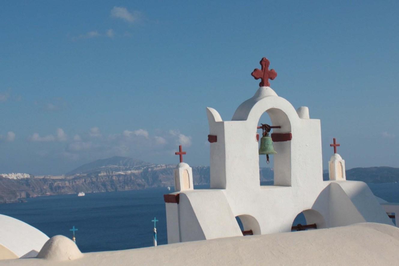Cloches église avec croix rouge à Santorin