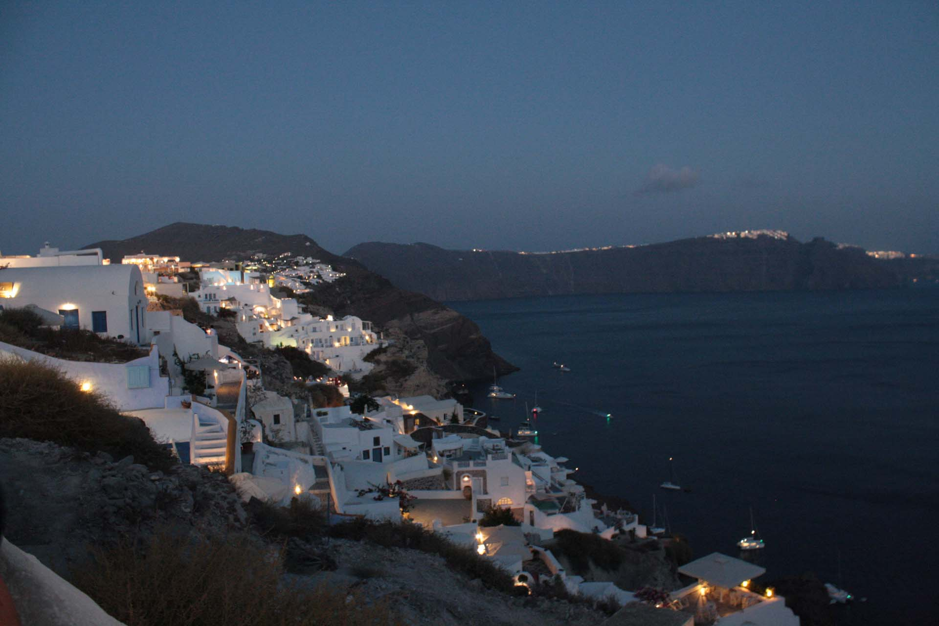 Oia Santorini de nuit maisons blanches illuminées sur la falaise