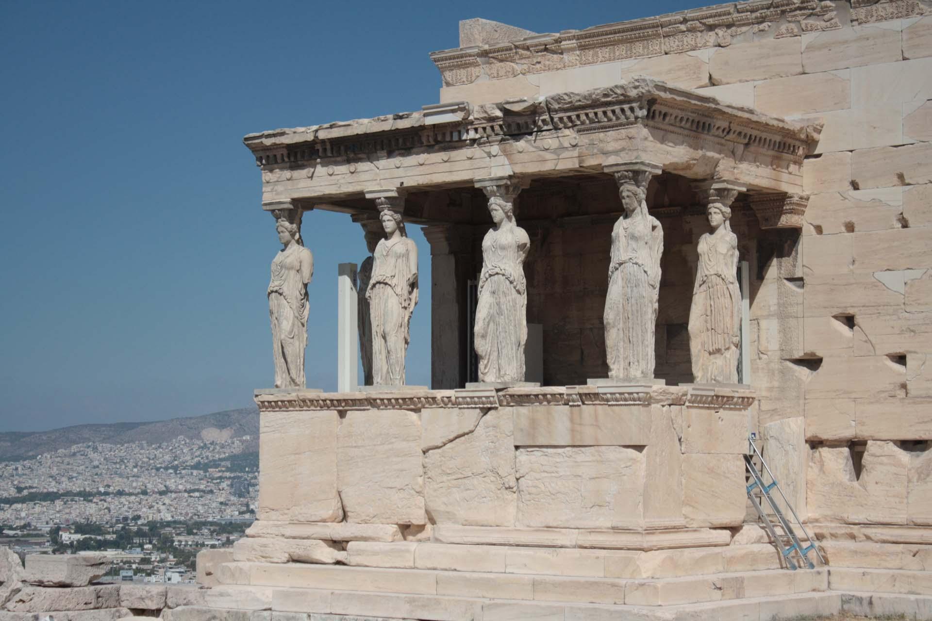 Cariatides du Temple Érechthéion sur l'Acropole d'Athènes