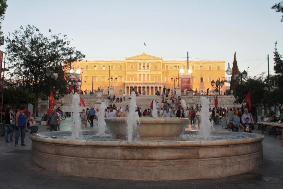 La Place de Syntagma à Athènes avec fontaine centrale et parlement grec