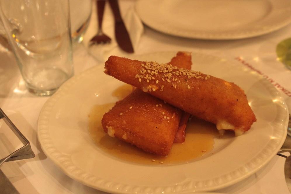 Entrée au fromage et miel au Restaurant Tzirzikas Kai Mermigas à Athènes