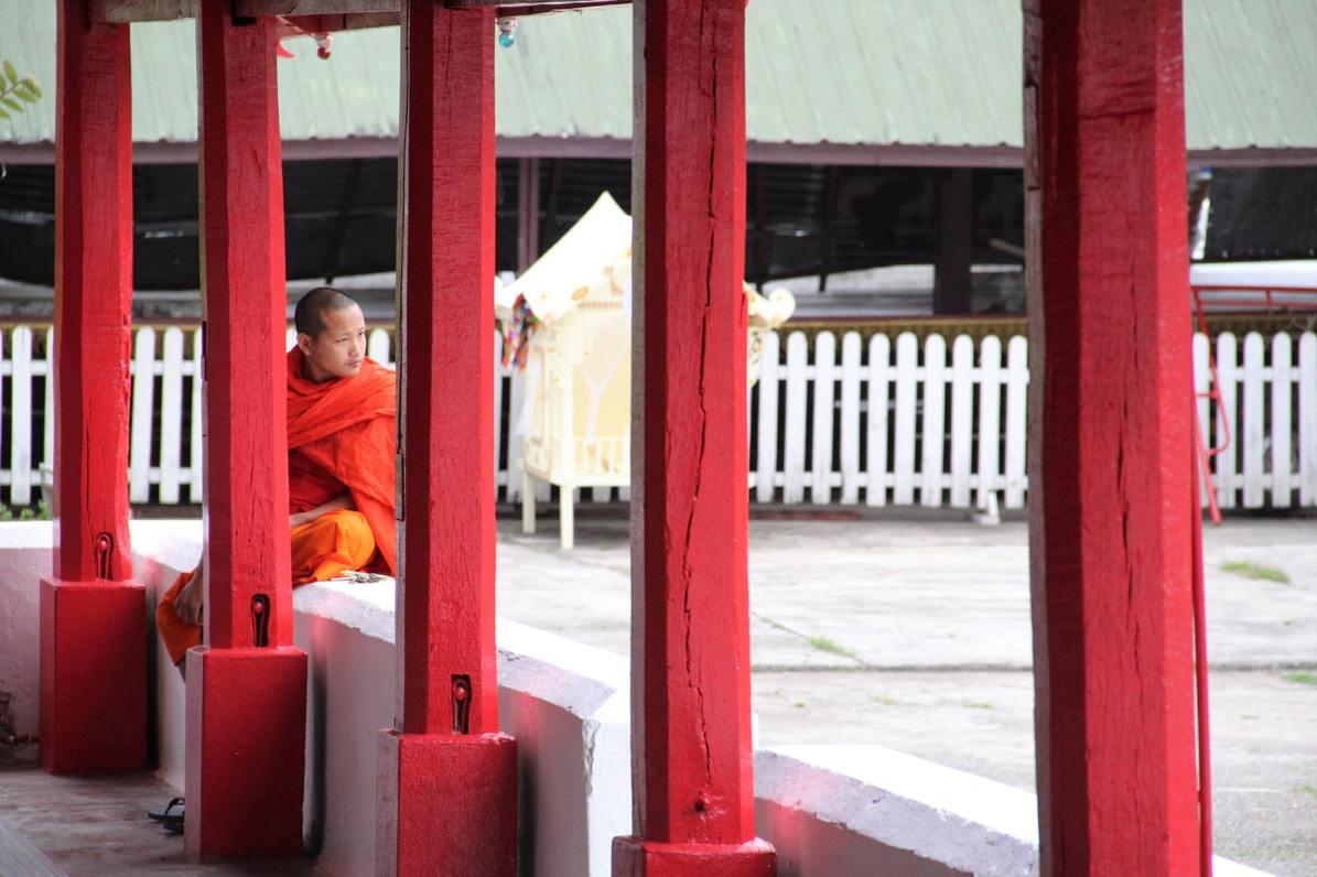 Monaco tra le colonne rose del Wat Mai Suwannaphumaham